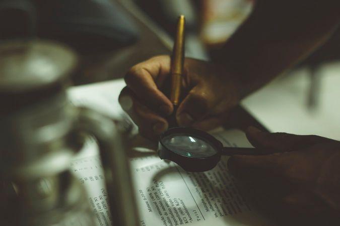 虫眼鏡で本を読む