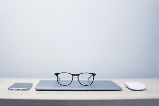 パソコンの上にあるメガネ