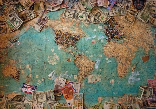 地図の上にドル