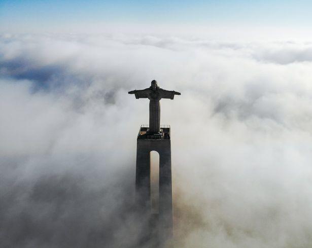 雲海に浮かぶ銅像