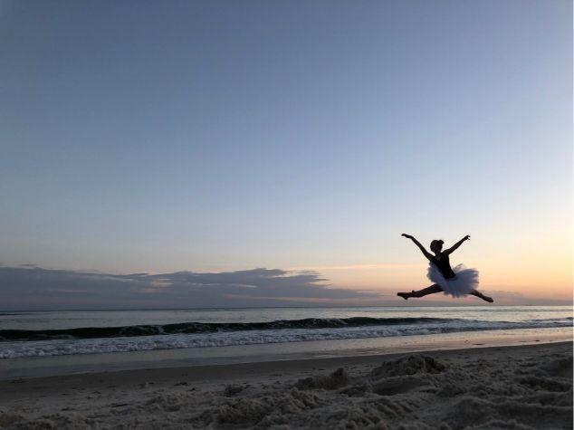 海辺で踊る人