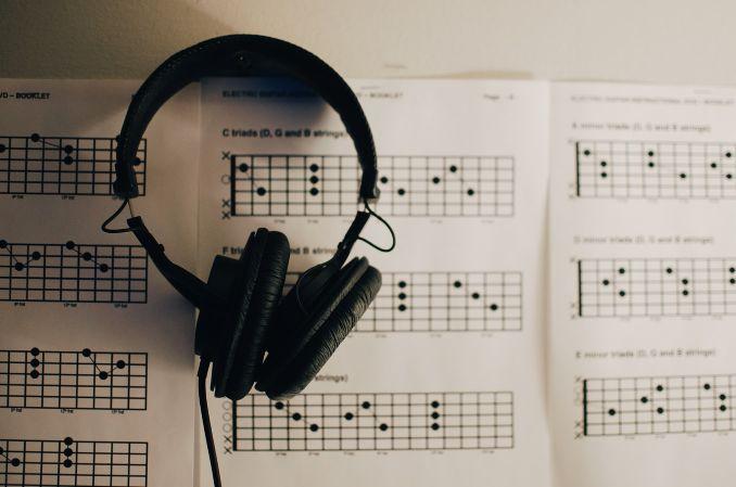 楽譜とイヤホン