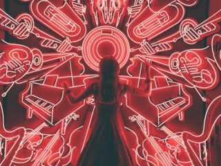 楽器の模様の前で指揮する女性