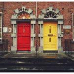 2色のドア
