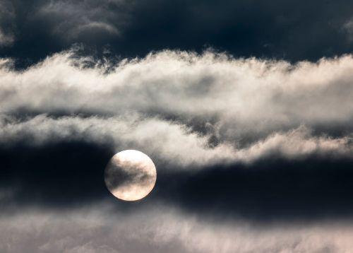 隠れる満月