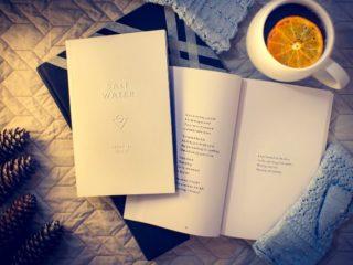 ベットの上で開かれた本とコーヒー