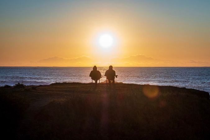 海辺で佇む二人