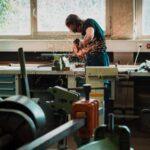 工場で作業をする男