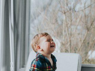 泣いている子供